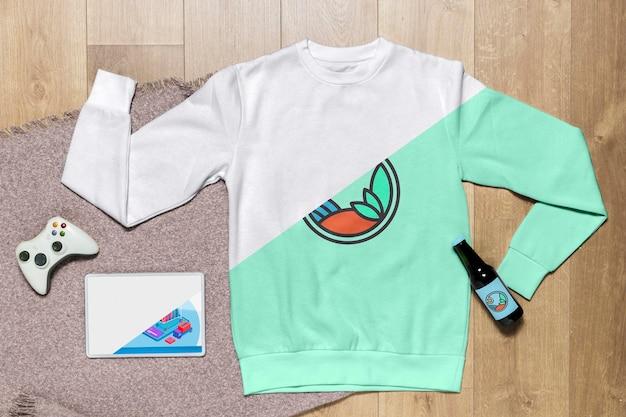 Vista superior maqueta con capucha con botella y gadgets