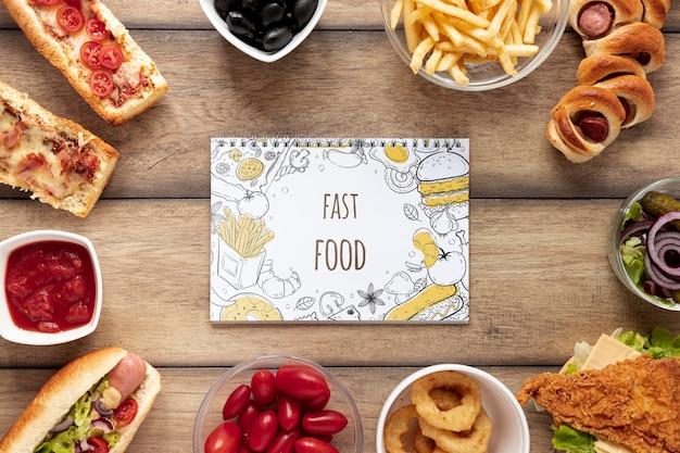 Vista superior de la maqueta de comida rápida en la mesa de madera