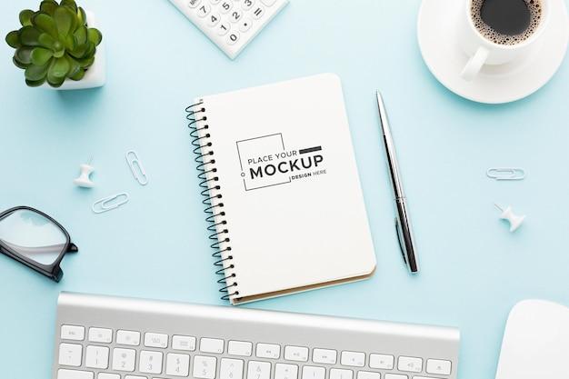 Vista superior de la maqueta del concepto de escritorio