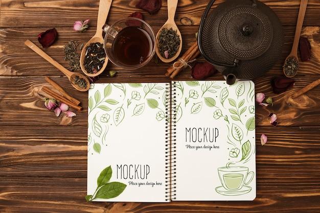 Vista superior de la maqueta del concepto de té de hierbas