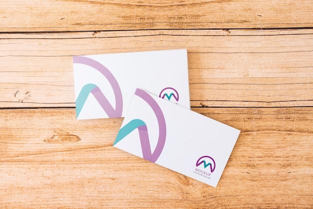 Vista superior de la maqueta de dos tarjetas de visita.