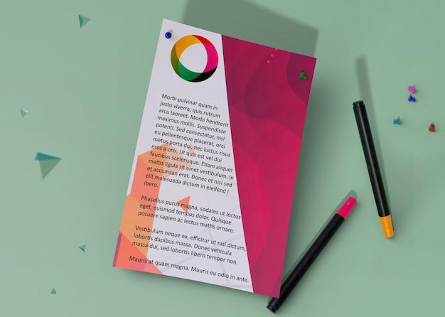 Vista superior maqueta identidad papel comercial y lápices