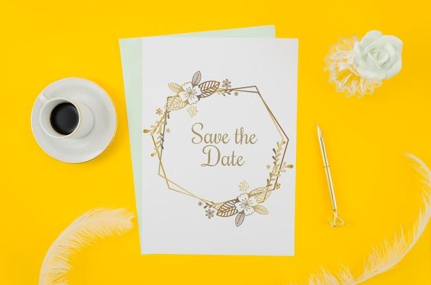 Vista superior maqueta de invitación de boda sobre fondo amarillo