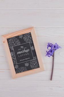 Vista superior de la maqueta del marco con flor de jacinto