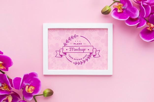 Vista superior de la maqueta de marco con orquídea