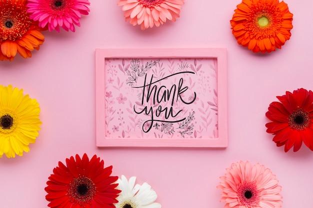 Vista superior de la maqueta de marco rosa con flores