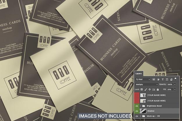Vista superior de la maqueta de muchas tarjetas de visita verticales