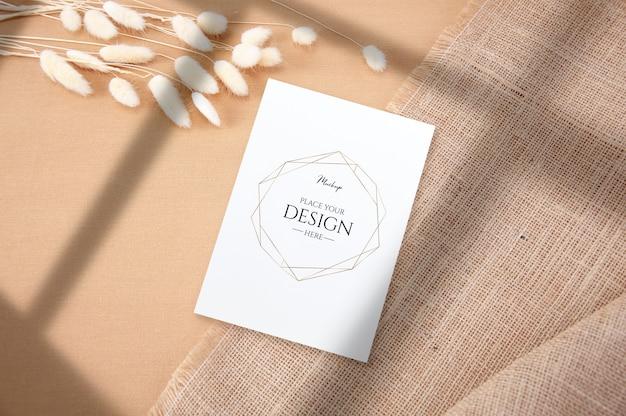 Vista superior maqueta de tarjeta en blanco sobre fondo de tela
