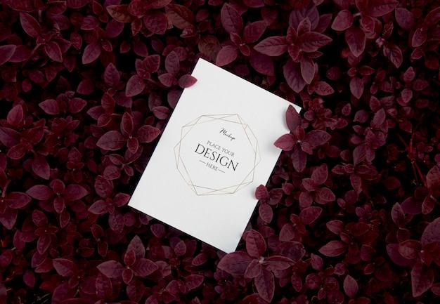 Vista superior de la maqueta de la tarjeta de invitación con hojas