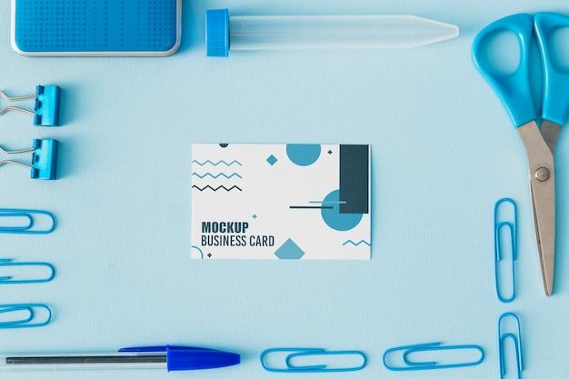 Vista superior de la maqueta de tarjeta de visita con elementos esenciales de oficina