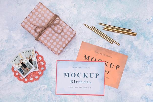 Vista superior de la maqueta de tarjetas de cumpleaños con presente