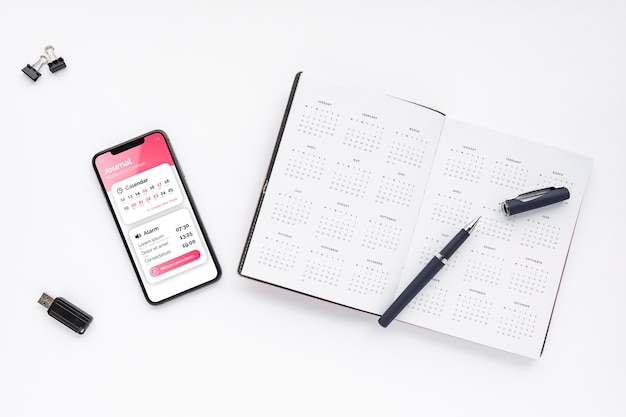 Vista superior maqueta de teléfono y agenda