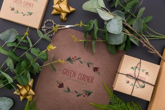 Vista superior de maquetas de regalos y hojas