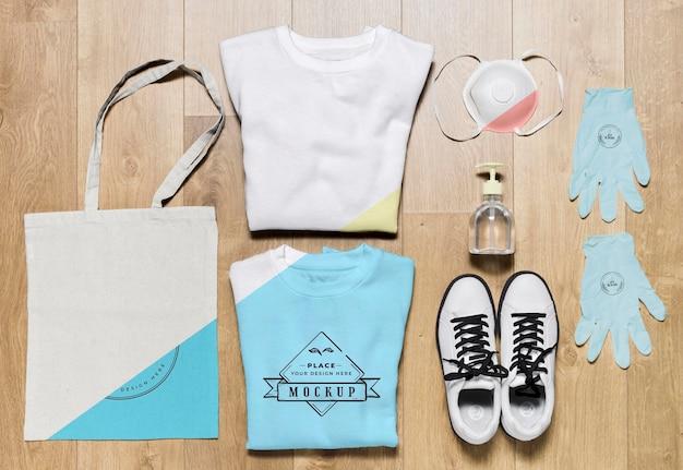 Vista superior maquetas de sudaderas plegadas con bolsa y zapatos