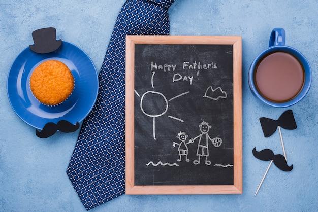 Vista superior del marco con cupcake y corbata para el día del padre