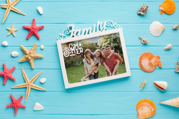 Vista superior del marco familiar de vacaciones en la mesa