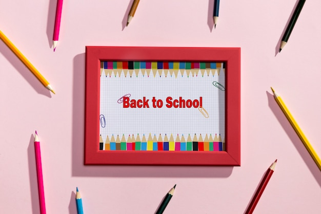 Vista superior del marco rojo de regreso a la escuela