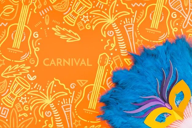 Vista superior de la máscara de carnaval brasileño con decoración de plumas