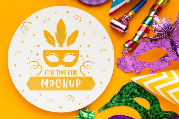 Vista superior de máscaras de carnaval y elementos esenciales para la fiesta.