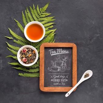 Vista superior de menú de té con hierbas y especias.