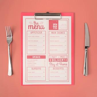 Vista superior del menú con tenedor y cuchillo