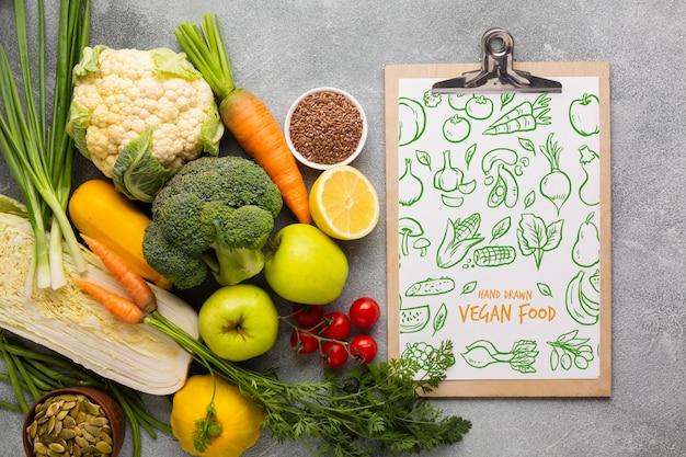 Vista superior de menú y verduras de doodle
