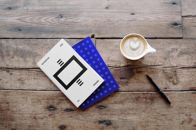 Vista superior de mockup de café con folletos