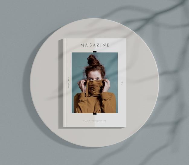 Vista superior mujer en portada maqueta de revista editorial