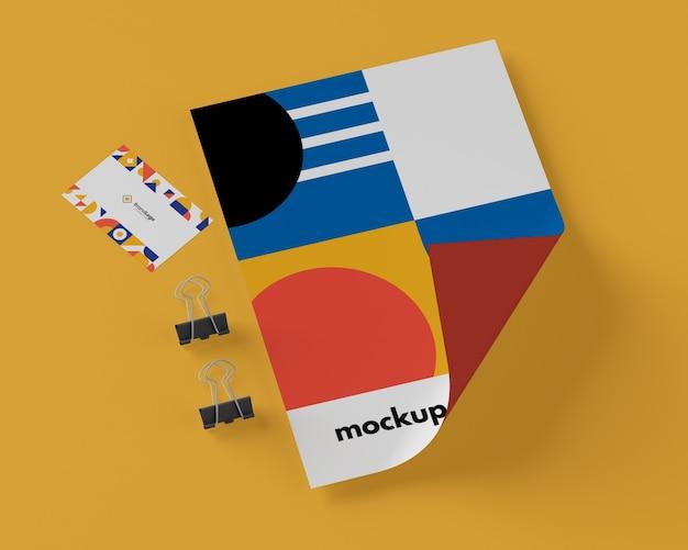 Vista superior de papel con formas multicolores y clips.