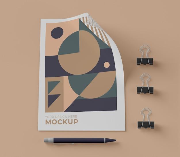 Vista superior del papel de maqueta con bolígrafo y clips