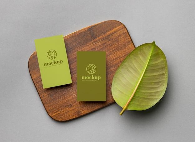 Vista superior de papelería de papel con hojas.