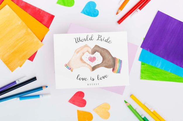 Vista superior de papeles de colores del arco iris y corazones con lápices para el orgullo lgbt
