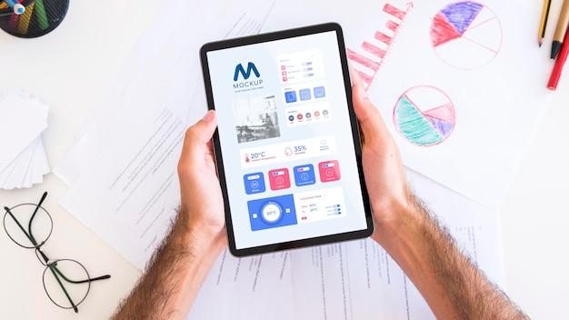 Vista superior de la persona con tableta empresarial