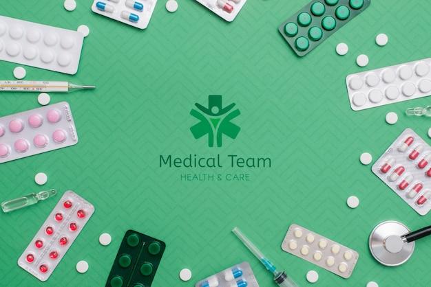 Vista superior de píldoras sobre fondo verde