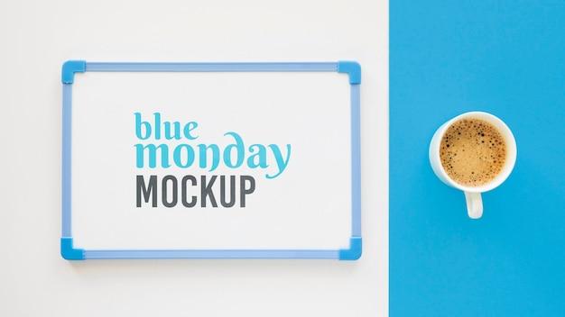 Vista superior de la pizarra azul del lunes con taza de café