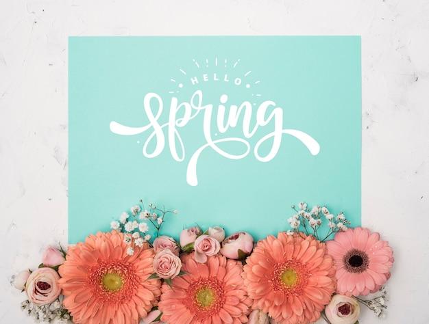 Vista superior de la primavera gerbera y rosas