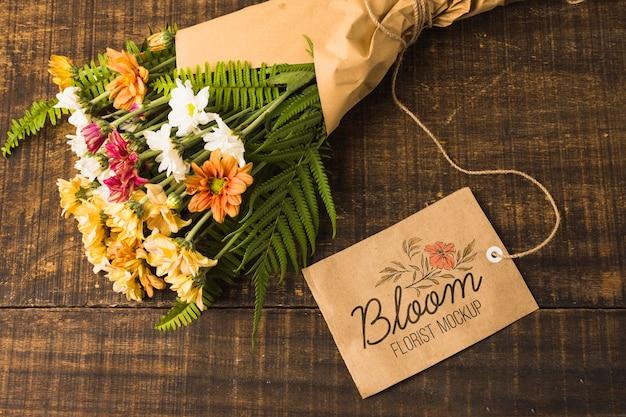 Vista superior ramo de flores con etiqueta de maqueta
