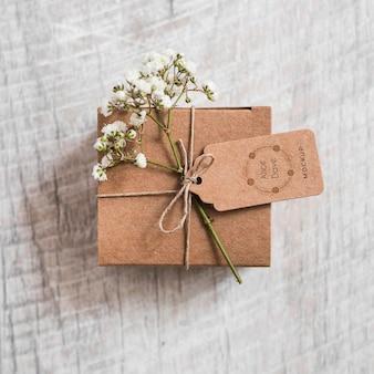 Vista superior de regalo de boda con maqueta