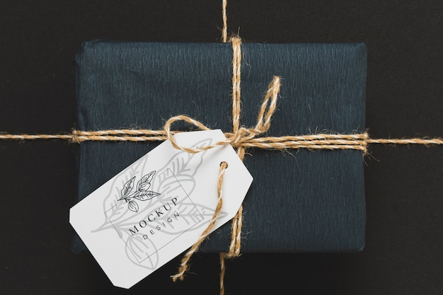 Vista superior del regalo envuelto con etiqueta