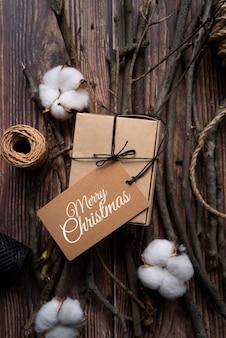 Vista superior de regalo de navidad con etiqueta
