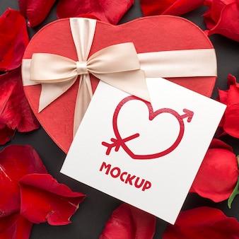 Vista superior de regalo de san valentín y rosas con carta de maqueta