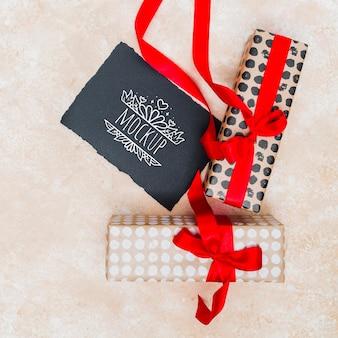 Vista superior de regalos envueltos con cinta