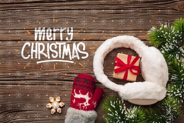 Vista superior de regalos y hojas de pino de navidad