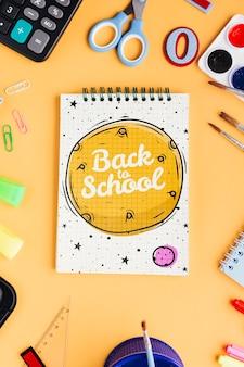 Vista superior de regreso a la escuela con el bloc de notas