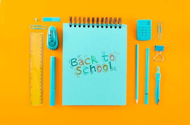 Vista superior de regreso a la escuela con fondo naranja