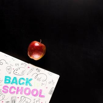 Vista superior de regreso a la escuela maqueta junto a apple.
