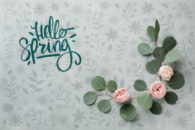 Vista superior de rosas de primavera con hojas