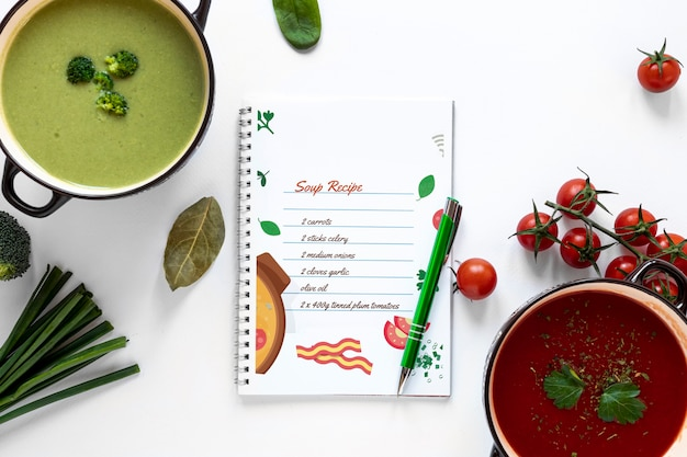 Vista superior sopa con composición de ingredientes y maqueta de receta