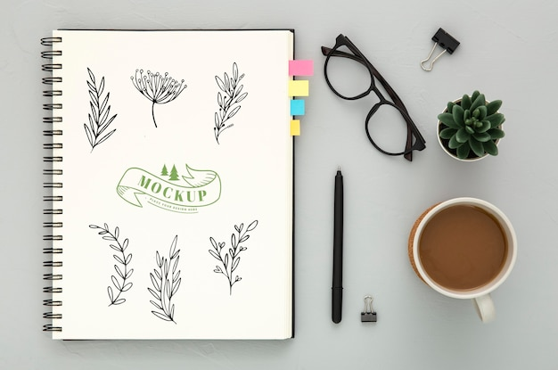 Vista superior de la superficie del escritorio con café y vasos