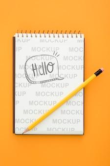 Vista superior de la superficie del escritorio con lápiz y cuaderno